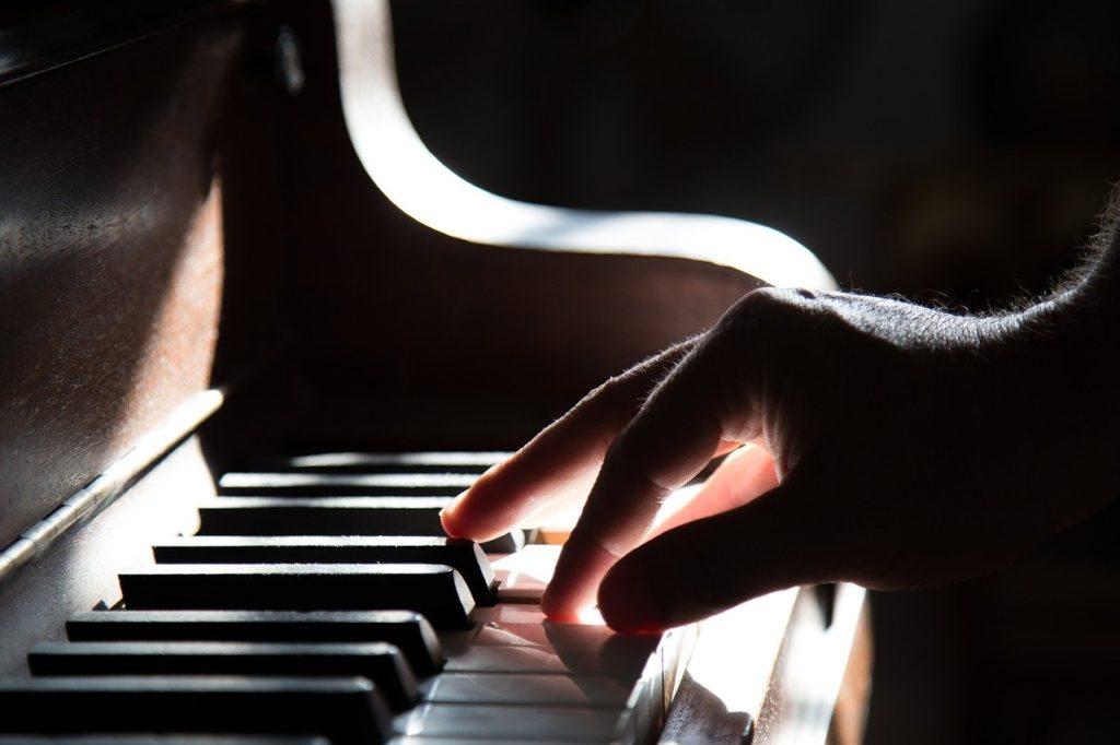 ピアノ初心者は片手練習がオススメ!身近な曲を一緒に弾いてみよう♪