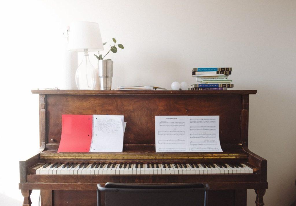 ピアノを独学で大人でも弾けるようになる?始め方と練習方法は?